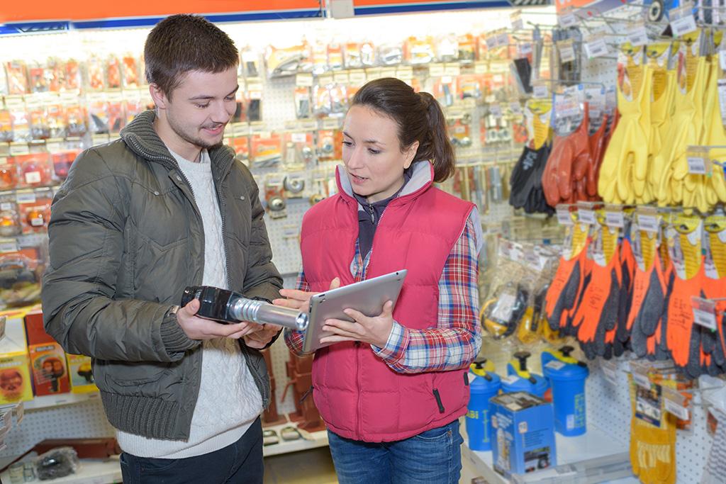 Une apprentie conseille un client