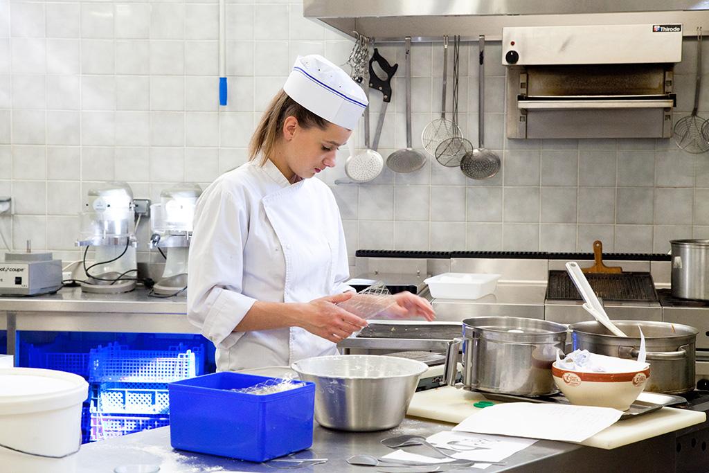 Une apprentie cuisine