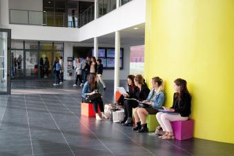 Des étudiants dans le campus